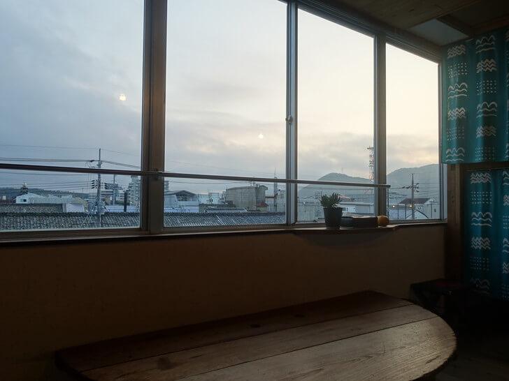 萩のゲストハウスの窓から見た朝の景色