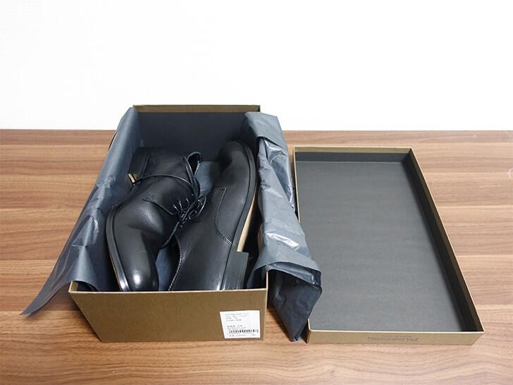 パドローネ・プレーントゥーシューズの外箱をあけた写真