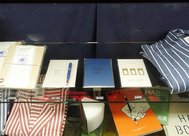 「BOOK AND BED TOKYO 京都店」の受付カウンターで販売されているトラベラーズノートグッズの写真