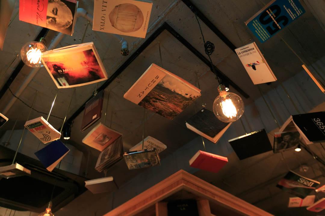 「BOOK AND BED TOKYO 京都店」の天井にディスプレイされた本を撮影したの写真