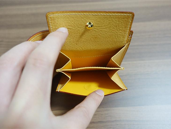 ガンゾのシンブライドル二つ折り財布の小銭入れ部分を撮影した写真