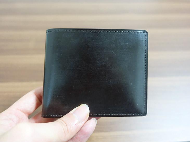 ガンゾのシンブライドル二つ折り財布を手に取った写真