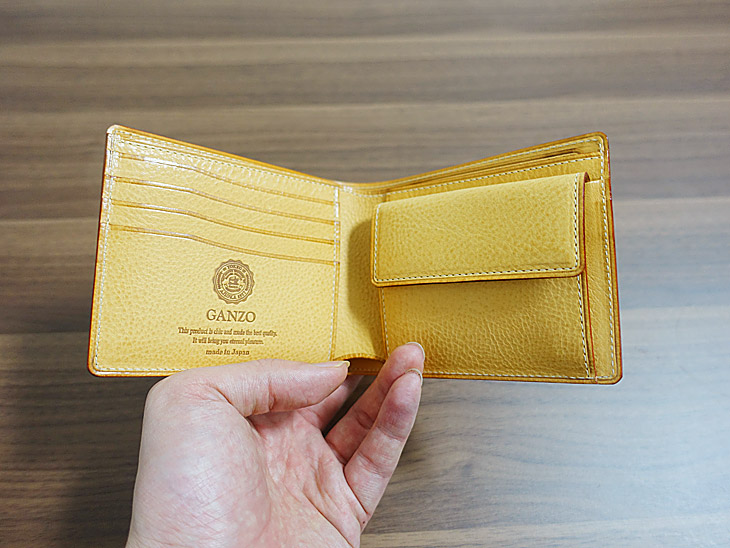 ガンゾのシンブライドル二つ折り財布の内側を撮影した写真
