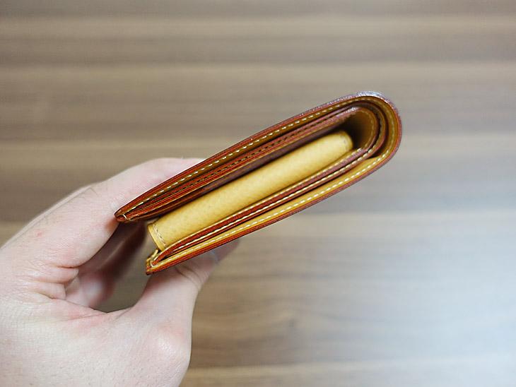 ガンゾのシンブライドル二つ折り財布の厚みを撮影した写真