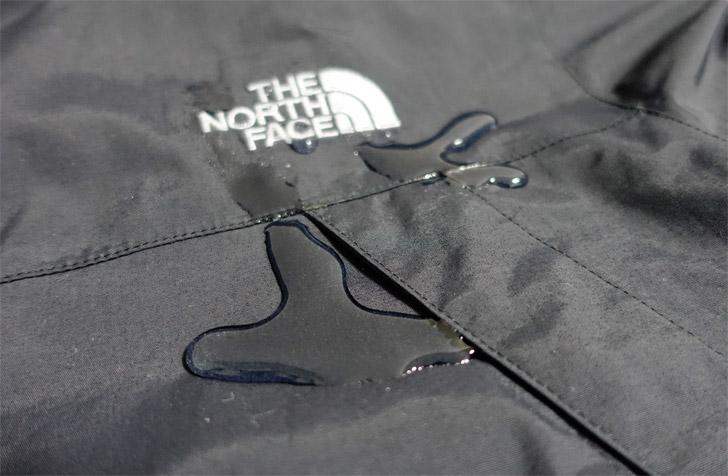 スクープジャケットの防水性能を検証する写真