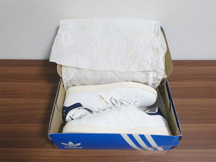 スタンスミスの靴箱を開いている様子を撮影した写真