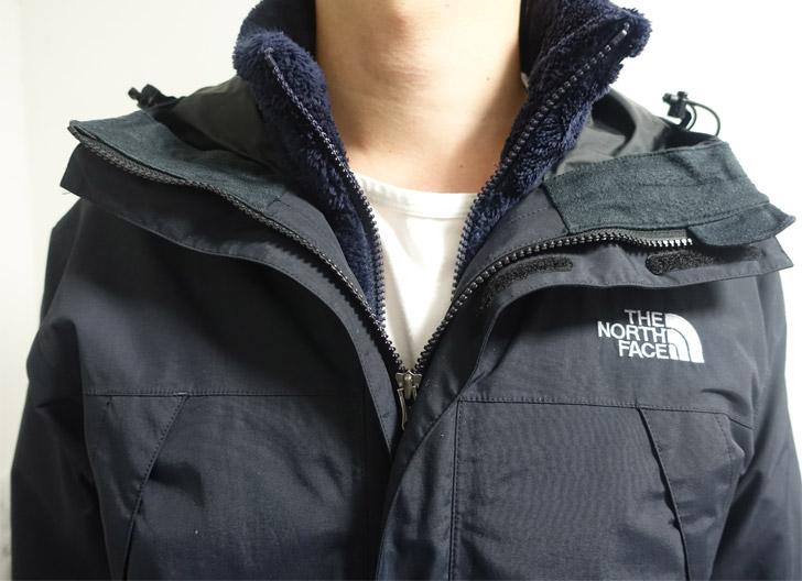スクープジャケットのインナーにユニクロのフリースを着用する写真