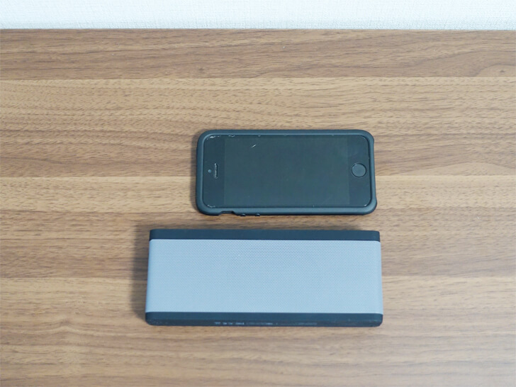 Tao Tronics「tt-sk09」の本体の大きさをiphoneと比較している写真