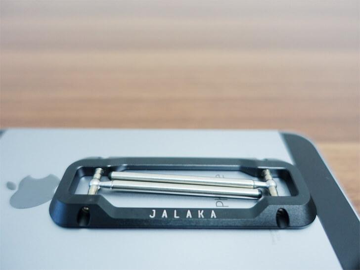 jalakaの「Dualモバイルスタンド」をiphoneにつけてみた様子を撮影した写真