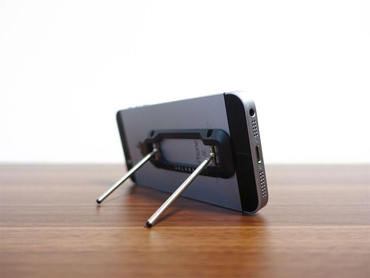 jalakaの「Dualモバイルスタンド」を横に置いてみた様子を撮影した写真