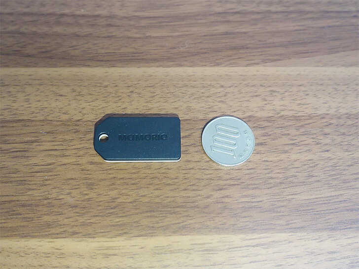 MAMORIOの大きさを100円玉と比較する写真