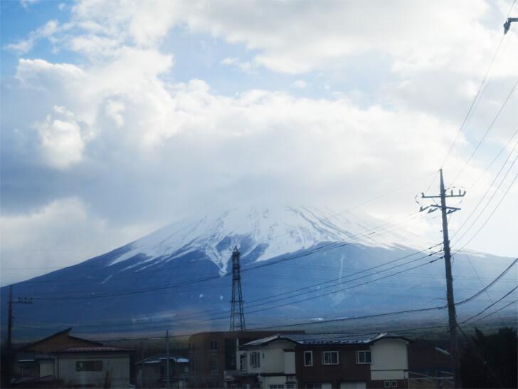 富士山ビュー特急の車内から見た富士山の写真