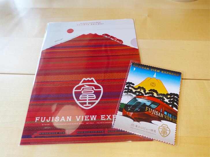 富士山ビュー特急の車内販売で購入した絵はがきとクリアファイルの写真