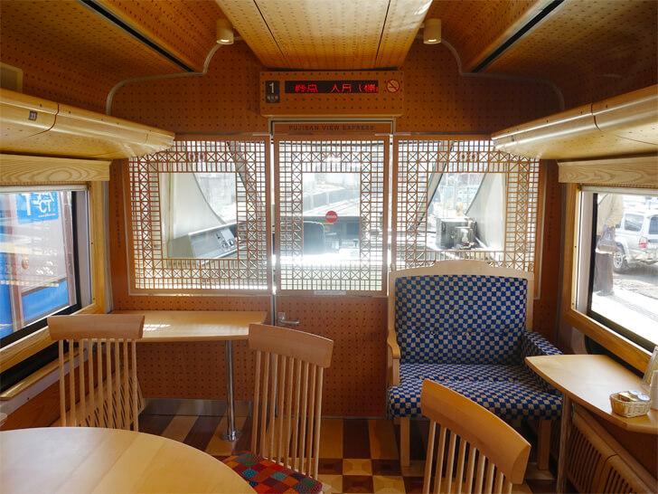 富士山ビュー特急のベンチシート席の写真
