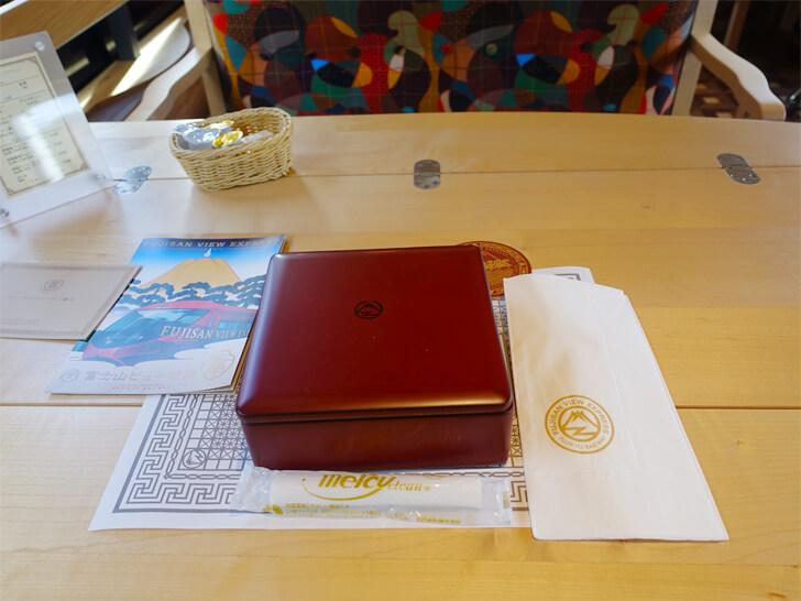 富士山ビュー特急のテーブルに並ぶスイーツコースの写真