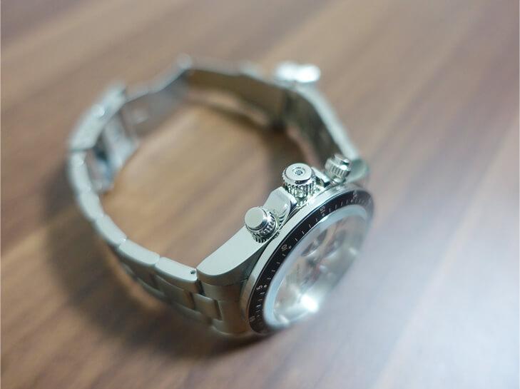 ジャムホームメイドの腕時計のリューズを撮影した写真