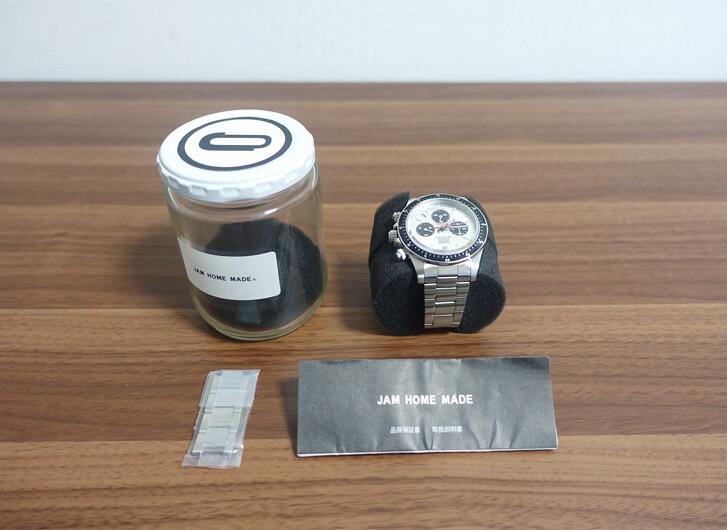 ジャムホームメイドの腕時計のジャム瓶から中身を取り出した写真