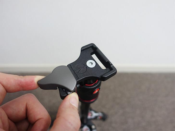 マンフロット「MKBFRC4-BH」のクイックリリースプレートの使い方を説明する写真