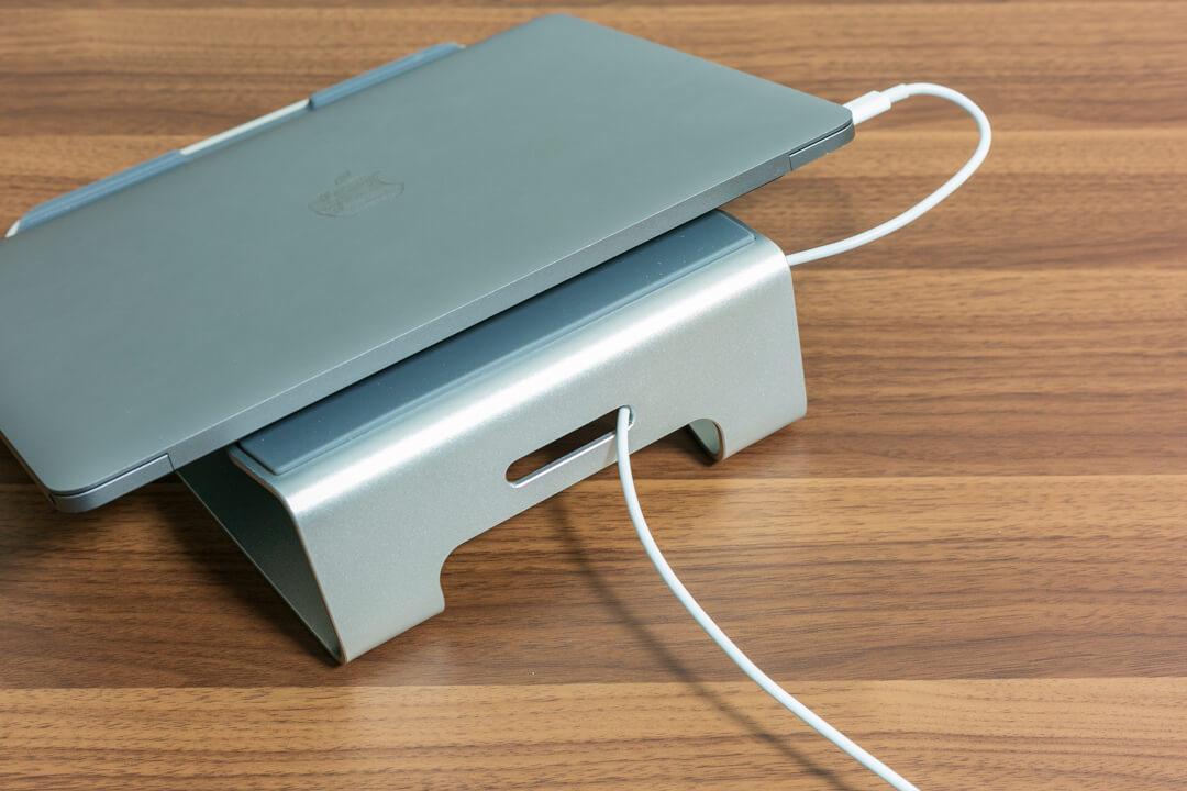 loeのノートパソコンスタンドのケーブル類を通す穴を撮影した写真