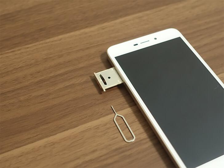 Xiaomi(シャオミ)スマホ「Redmi 4A」のSIMカードのトレイを撮影した写真