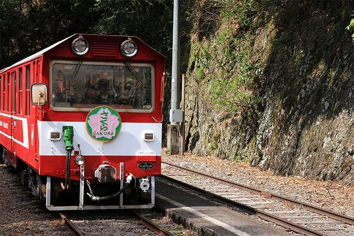 奥泉駅のホーム到着する電車を撮影した写真