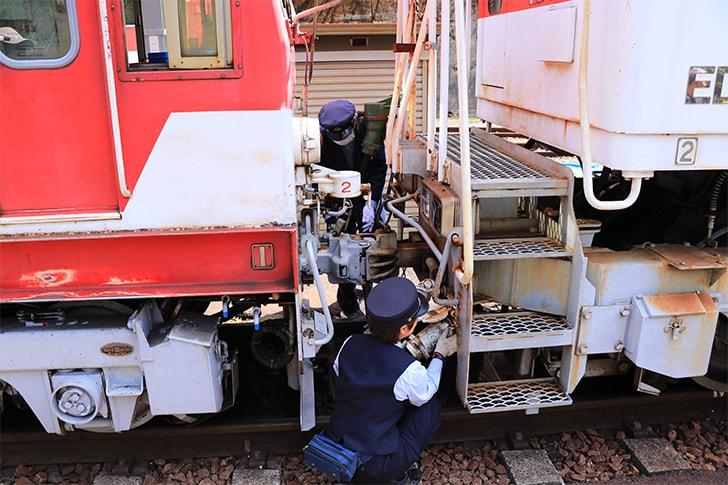 アプトいちしろ駅でアプト式機関車を連結する様子を撮影した写真