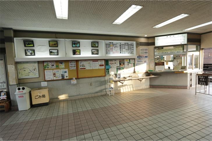 大井川鉄道の新金谷駅の駅舎内の写真