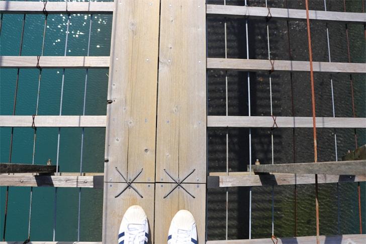 夢の吊橋を渡っている様子を撮影した写真