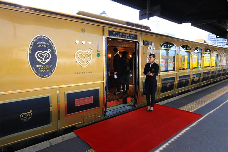 或る列車のアテンダント(客室乗務員)の写真