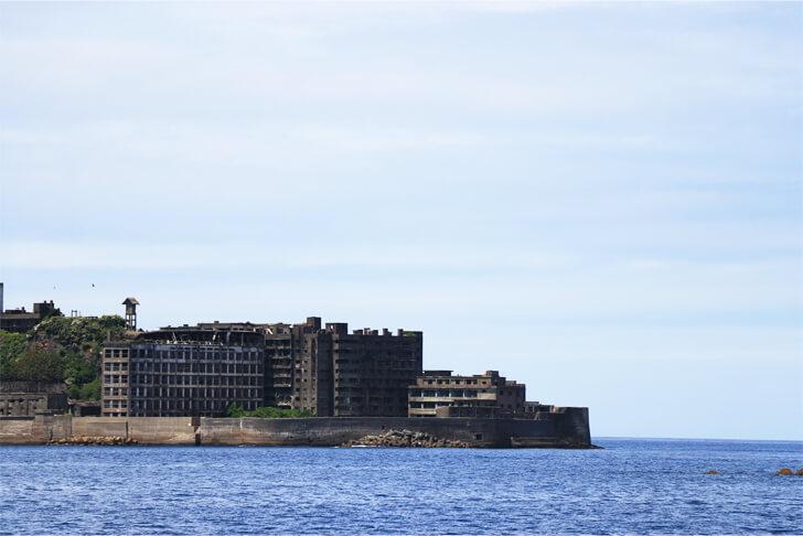 遠くから見た軍艦島の写真