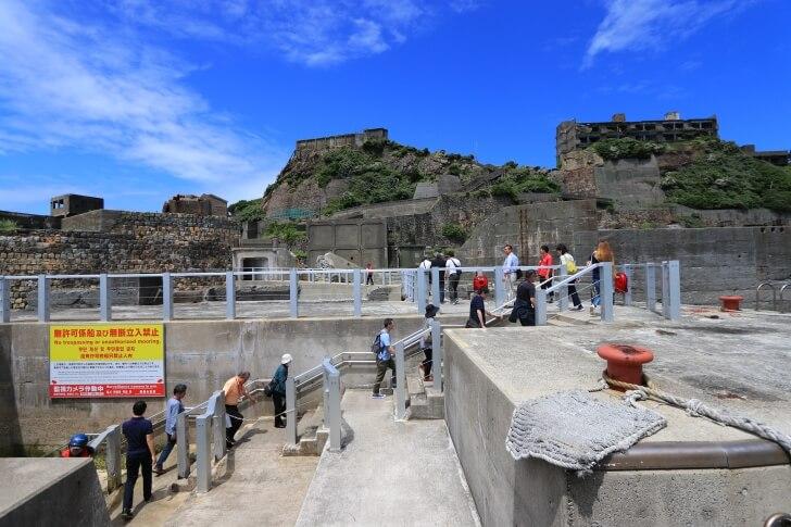 ドルフィン桟橋を歩く観光客の写真