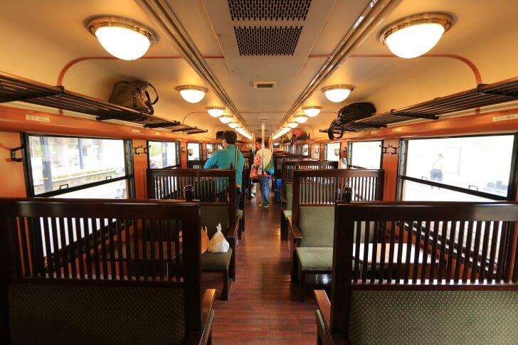 JR九州の観光列車「いさぶろう・しんぺい号」の内観
