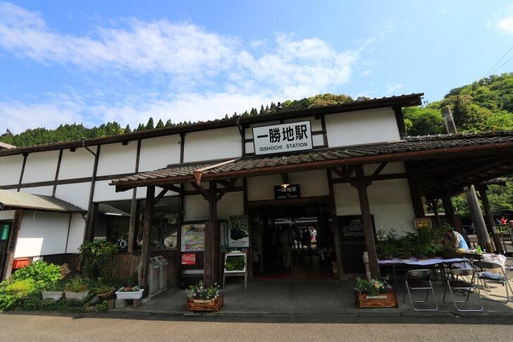 JR九州の一勝地駅の駅舎の写真
