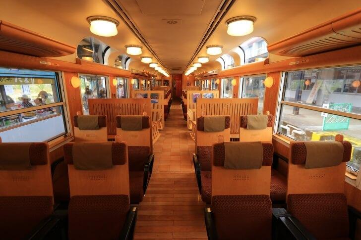 JR九州の観光列車「はやとの風」の内装