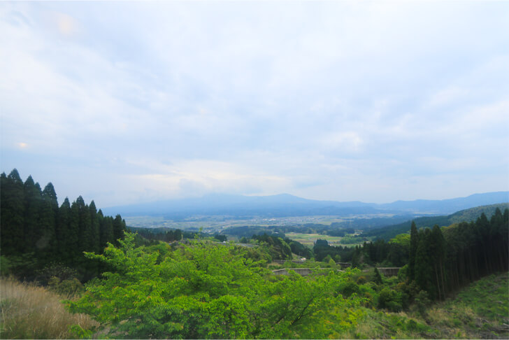 いさぶろう・しんぺい号の車窓から望む霧島連山の写真