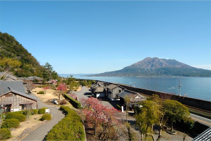 桜島を背景に雄大な景色の仙巌園の写真