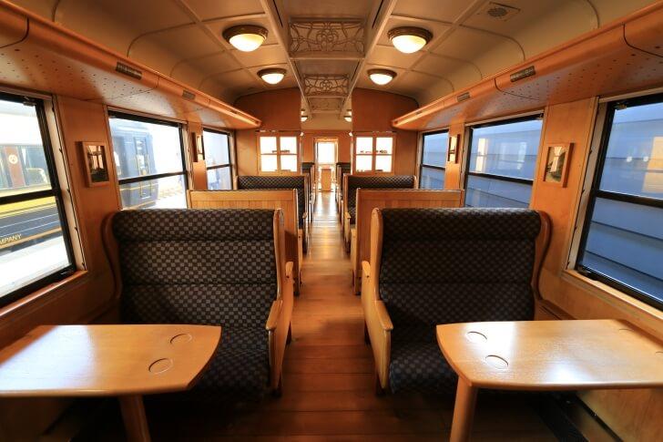 JR九州の観光列車「SL人吉」の内観の写真