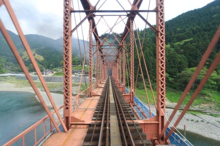 SL人吉の展望ラウンジから球磨川第一橋梁を通過する様子を撮影した写真