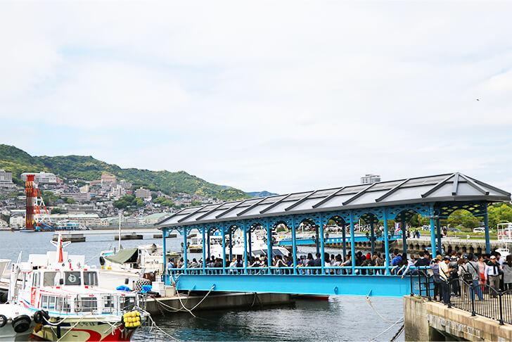常磐桟橋前に並ぶ軍艦島上陸ツアーの観光客を撮影した写真