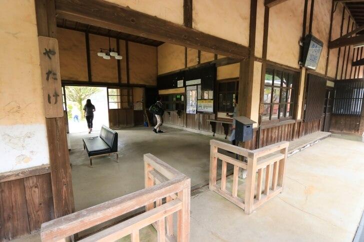 JR九州肥薩線の矢岳駅の駅舎の写真