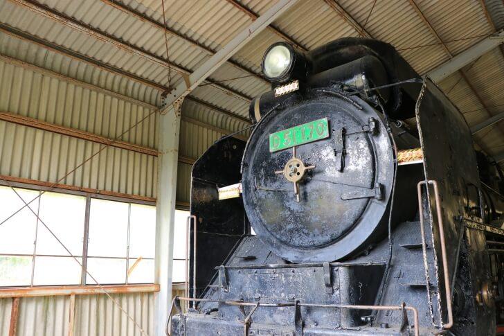 JR九州肥薩線の矢岳駅付近に展示されているSLの写真