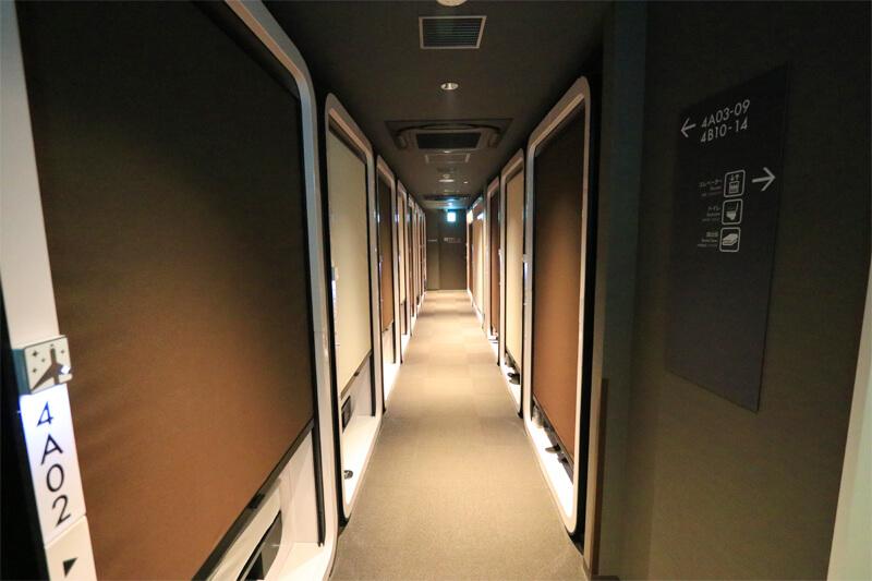 キャビンが並ぶ廊下の写真