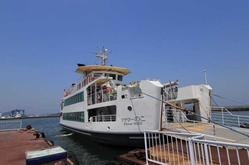 姪浜渡船場に停船するフェリーの写真