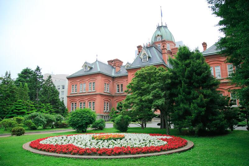 北海道庁旧本庁舎と前庭の写真