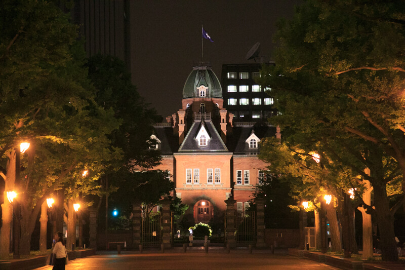 夜間ライトアップされた北海道庁旧本庁舎の写真