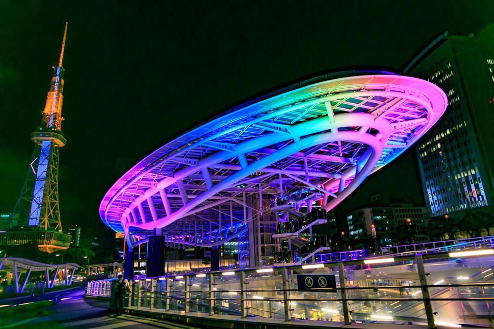虹色にライトアップされるオアシス21の水の宇宙船の写真