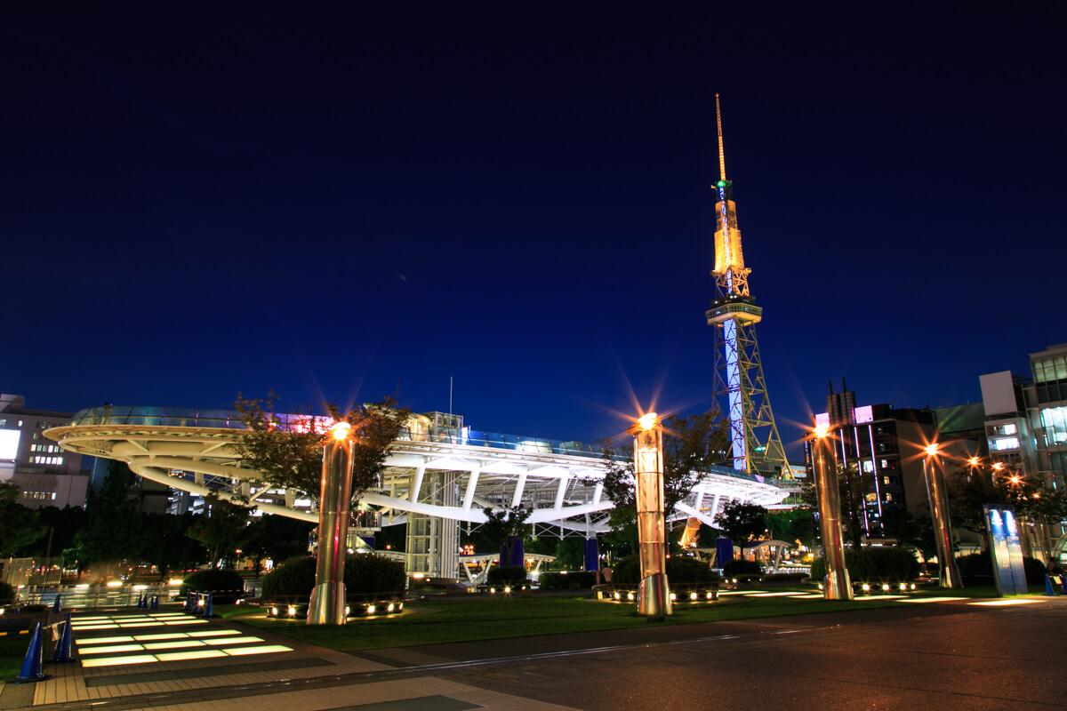 愛知芸術文化センターの展望回廊から眺めたオアシス21とテレビ塔の写真