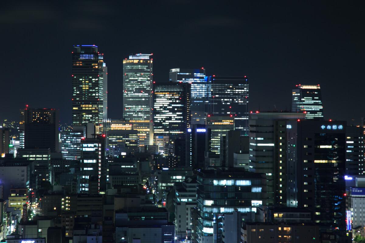 名古屋テレビ塔の展望台から眺める名古屋駅前のビル群の写真