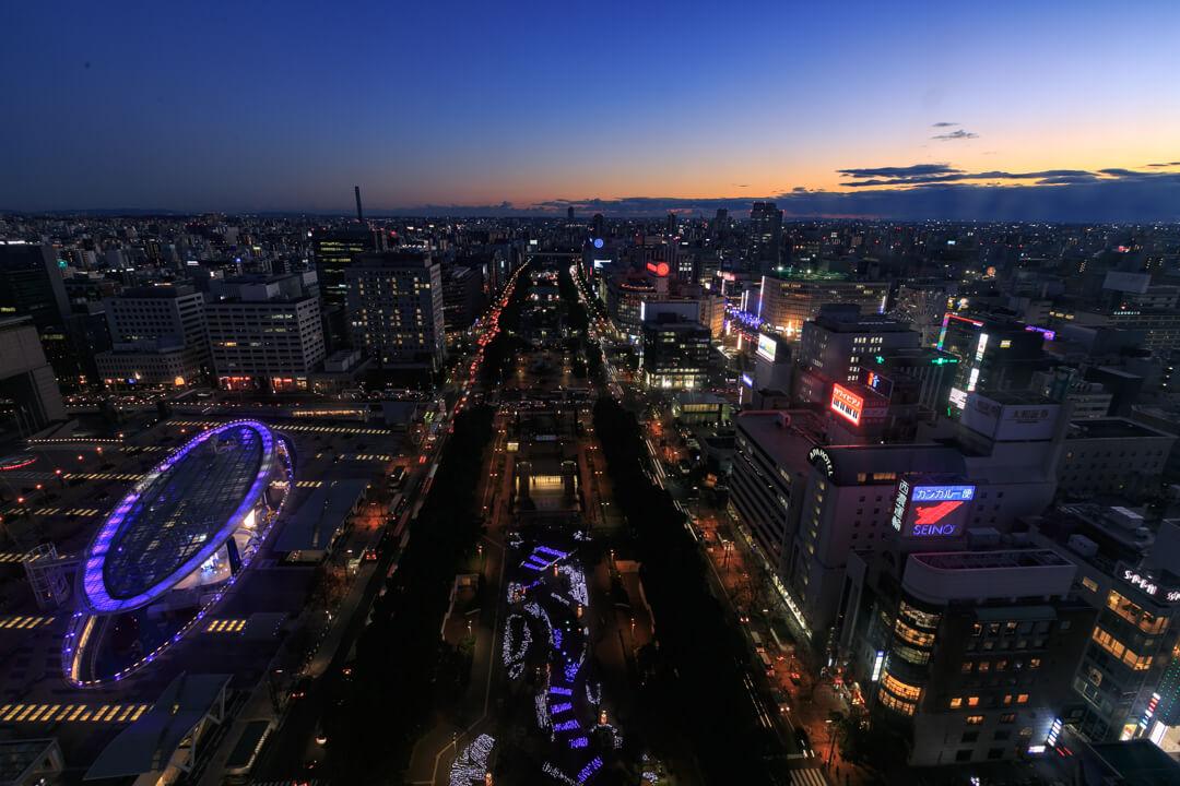 名古屋テレビ塔の展望台から眺める久屋大通の夜景の写真