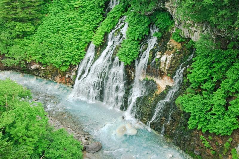美瑛の白金青い池の近くにある白ひげの滝の写真